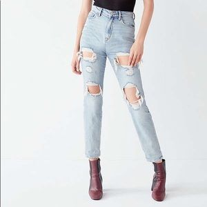 BDG MOM HIGHRISE DISTRESSED JEANS
